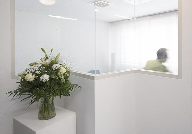 Blick durch Glasscheibe ins Wartezimmer der Zahnarztpraxis Merz